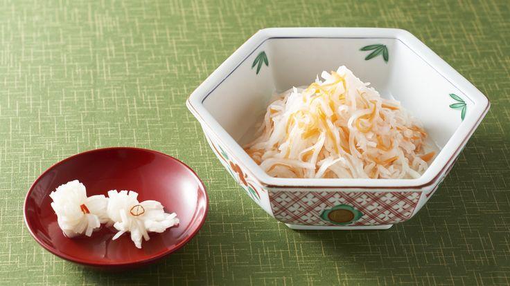 """""""Namasu"""" (ensalada de zanahoria y rábano """"daikon"""" con vinagre) y """"kikka-kabu"""" (nabo redondo avinagrado con forma de crisantemo)"""