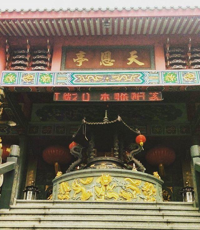 Tua Pek Kong Temple #malesia. In una città dai ritmi lenti, rotto dal continuo rumore del traffico. Un piccolo angolo di pace circondato da vecchi edifici dalle pareti ormai annerite e i panni stesi un po' ovunque. #beautifulmalaysia #angolomalesia #angolomind #viaggi #ilovemalaysia #TourismMalaysia #travelgram