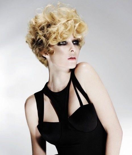 Pixie riccio stile anni 60Pixie che ricorda gli anni '60, tra i tagli di capelli ricci del 2015.