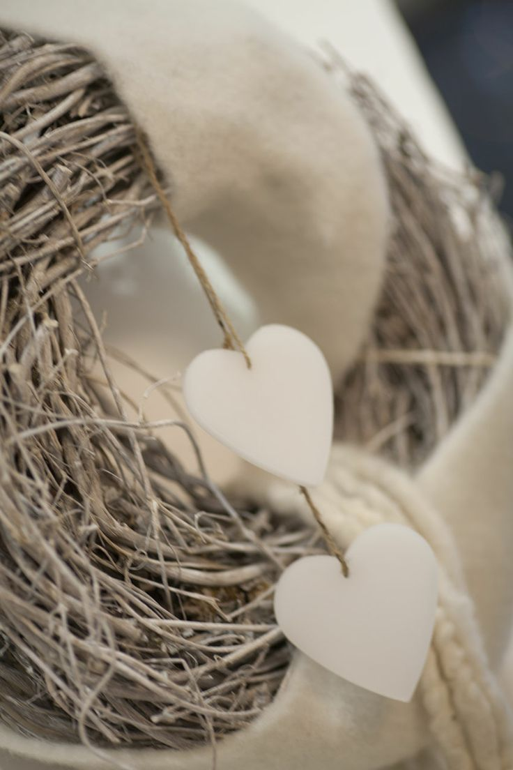 ROMANTIC CHRISTMAS GARLAND  For a romantic Christmas garland you can weave willow branches and add hearts in boiled wool.  Click the pic to read other ideas for your custom Christmas wreath