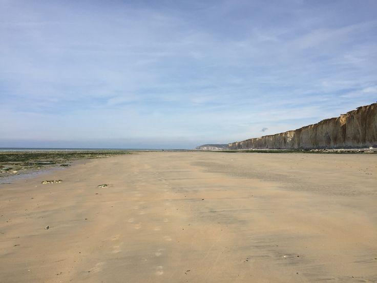 Une belle étendue de sable entre mer et falaise à Quiberville-sur-mer, idéale pour les balades à pied! #plage #sable #normandie #falaises #seinemaritime #terroirdecaux