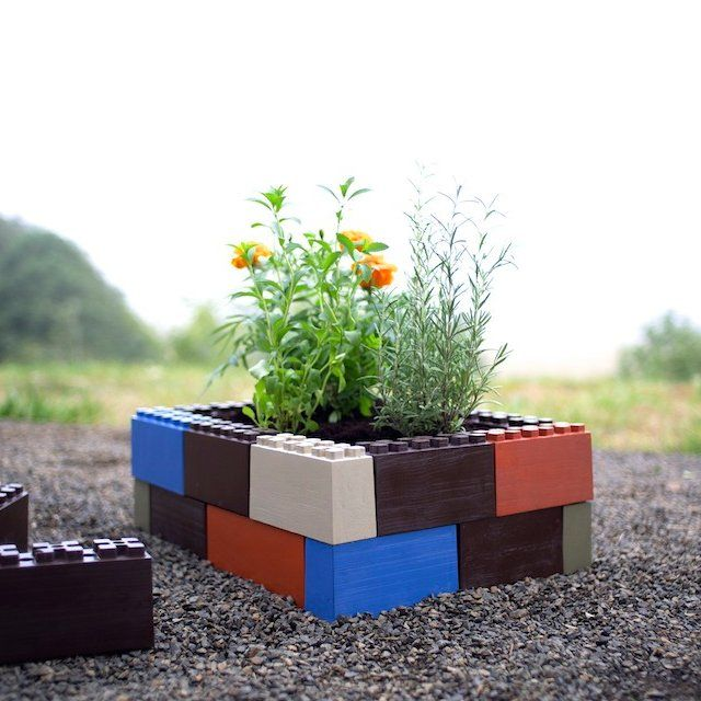 "Easy to assemble, lightweight, modular garden box kit. Assemble in less than 5 minutes. No tools required - no cutting, no measuring, no hammering; integrated trellis/stake holes. Sold as a 22"" x 22"" kit. 24 Blocks that each measure 10""x2""x2"" are included. Any size, any shape, any depth capability. Combine multiple kits for larger garden boxes. Please allow 7-10 days for shipping."