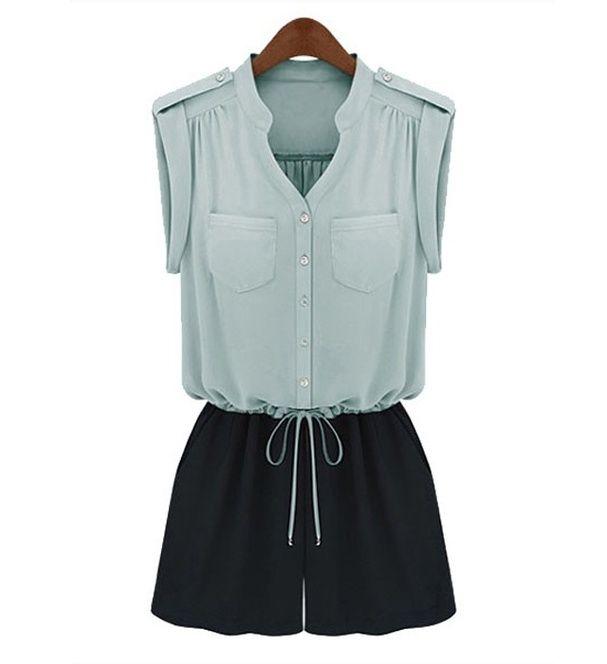 Une combinaison structurée Combi-short bicolore avec patte boutonnée et mini-poches en façade, Chicnova, 60,25€.