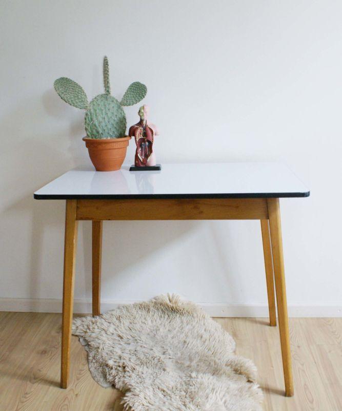 Prachtige vintage houten tafel. Retro eettafel met wit formica blad. | Fabulous Furniture | Flat Sheep