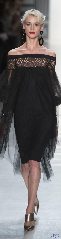Fall 2017 RTW Chiara Boni La Petite Robe. Precioso!! aunque todo de negro para una boda.... no!! meterle color o para otro evento.