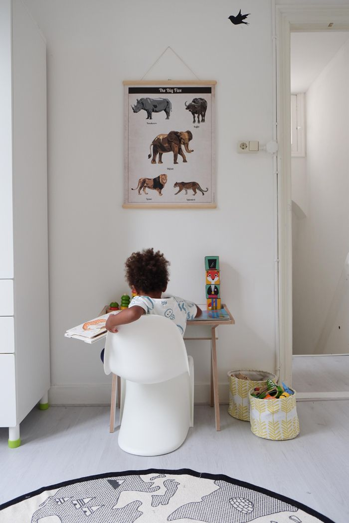 Rio, 28 jaar oud en mama van zoontje Mosi van 2 jaar. Ze woont in Den Haag en werkt als marketingmedewerker bij een theater. Daarnaast schrijft ze op mamamosi over leuke kindermerkjes. Op instagram kun je haar volgen op @riopiowaar ze fijne plaatjes deelt van hun leven! Hoe zou je de stijl van de kinderkamer... Read More