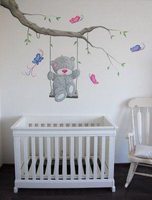 Me to You babykamer muurschildering. Wanddecoratie met vlinders voor in de meisjes babykamer. De tak en het beertje kan op veel manieren geschilderd worden door BIM Muurschildering.