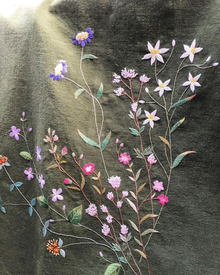늦가을.. 선생님이 알바주신 카키색 앞치마 한달만에 완성했다..이사하느라 정신없었는데 이제야 완성.! 내년 4월 전시회를 앞두고 꽃 고르는것도 힘들다.. 뭐할까..무슨꽃이 좋을까... 생각이 너무 많아도 좋을껀 없는데... 얼른정하고 스케치 시작하자..✨✏️ - - #야생화자수#꽃자수#자수타그램#embroidery #자수#자수알바#자격증반#실그림#흑꼼씨네자수#야생화꽃#앞치마자수#손바느질#어느가을날나만의시간#소통#