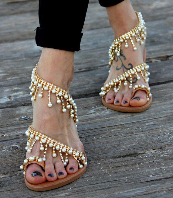 Griechischen Ledersandalen handgemachte zu bestellen.  Cleopatra ist ein paar luxuriöse Sandalen von echtem Leder und mit Kristallen und Halbedelsteinen verziert. Sie werden von Hand genäht. Sehr helle, elegante und komfortable.   Größen erhältlich: EU____.... 35...... 36 37 38... 39... 40...... 41 42 U.K.___...... 2....3-3.5.....4.........5........6........6.5.......7........8 USA___... 4.5.......5........6.........7........8........9........10.......11 cm ___ ... 22,7... 23.1... 23,8…