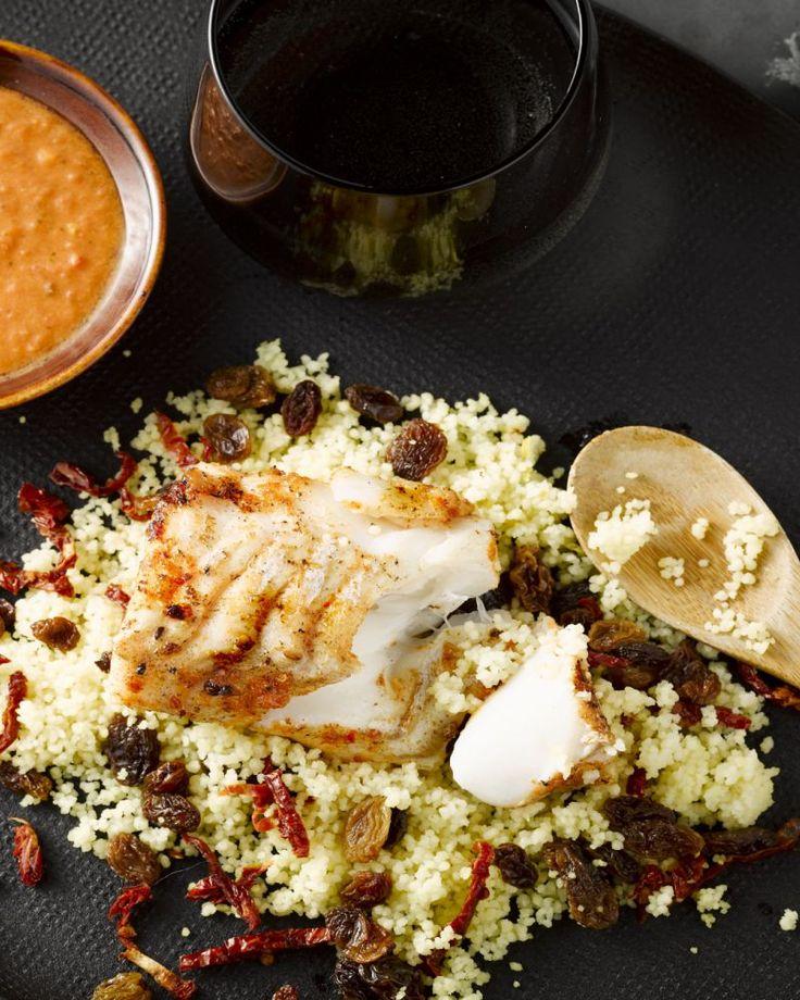 Deze schelvis gemarineerd in harissa is heerlijk pikant. Met een frisse salade van couscous eet je lekker gezond. Makkelijk en lekker met wat tzatziki!