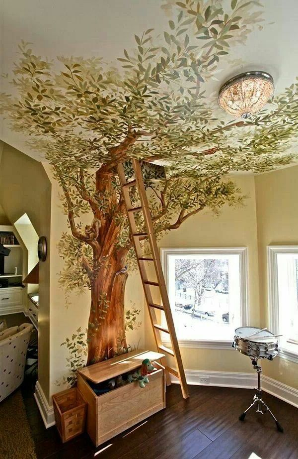 Bild an der Wand and am Dachboden- Baum und eine Treppe