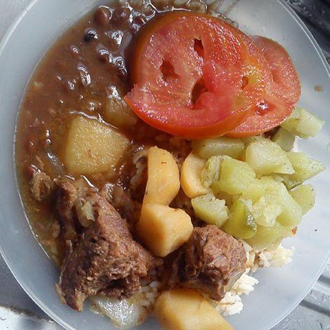 Arrpz, feijão, carne com batatas, chuchu e tomate.