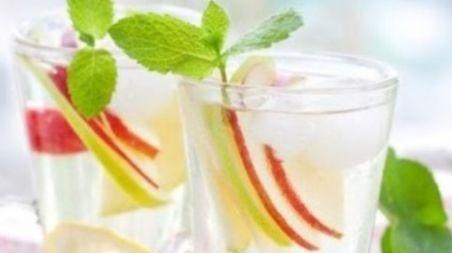 Cocktail: Sangría blanca: http://www.cosmopolitantv.es/noticias/4097/cocktail-sangria-blanca