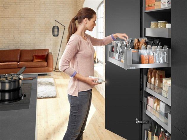 Máte málo prostoru v kuchyni a kupujete tak opravdu jen minimum potravin, abyste je měli kam uložit? Ale pak se vám stává, že nemáte vše potřebné? Pak jsou právě pro vás jako stvořené potravinové skříně. Zabírají málo místa, a přitom se toho do nich tolik vejde!
