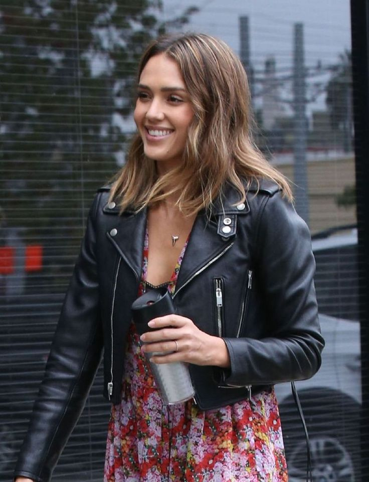 Jessica Alba Stopping by a Studio in Santa Monica : Global Celebrtities (F) FunFunky.com