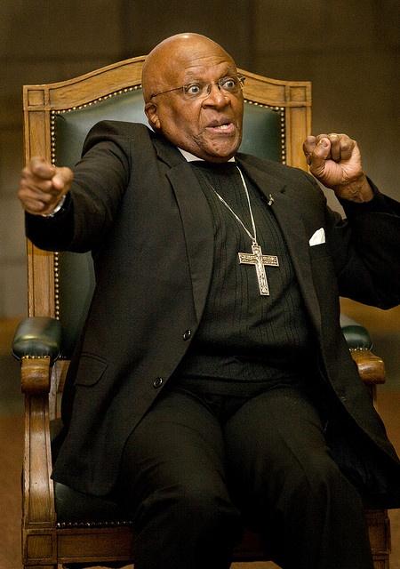Só onthou ek Suid-Afrika   Desmond Tutu  www.myvolk.co.za   Desmond Mpilo Tutu (gebore: 7 Oktober 1931) is een van Suid-Afrika se bekendste en mees invloedryke kerkleiers. vurige teenstander van Apartheid, ontvang hy in 1984 die Nobelprys vir Vrede vir sy stryd teen rassediskriminasie in SA. hoogtepunte van sy loopbaan sluit o.m in sy aanstellings as biskop van Lesotho 1978, biskop van JHB 1985, hoofsekretaris van die Suid-Afrikaanse Raad van Kerke 1978 en aartsbiskop van Kaapstad 1986.