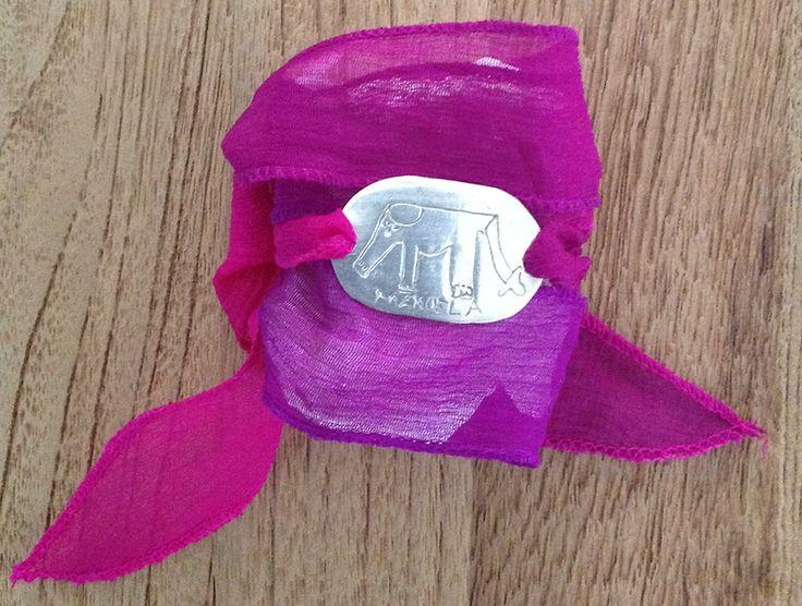 Pulsera en pasta de plata de ley 925 con cinta de seda pintada a mano. Está acabada en brillo. #Regalos #Joyas #Personalizado #Artesano #Midibu4U
