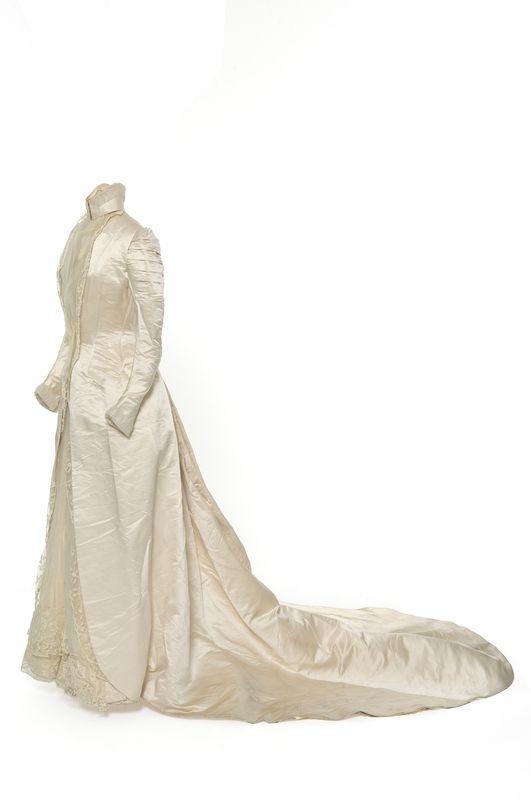 1900-1902 Matières et techniques:  Satin de soie, plastron en tulle de soie, volant de dentelle, corsage baleiné, doublure à balayeuse en taffetas robe de mariée | Les Arts décoratifs