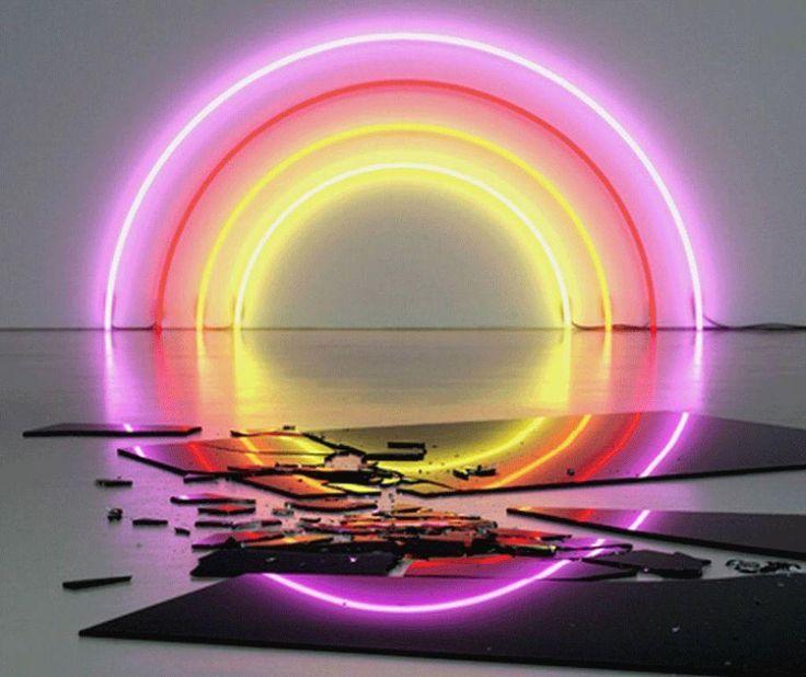 Aliteración: combinación lumínica, donde el reflejo en el suelo y el espejo roto, terminan de cerrar el círculo de luces. Autor: Dan Flavin. Título: desconocido. Técnica: directa con otras técnicas más contemporáneas.