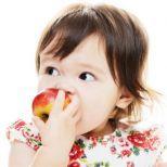 Hacia los 8 meses de edad, los bebés están listos paraalimentarsecon trocitos de comida sólida.Comienza con…Cereales infantiles de arroz inflado o en forma de O...