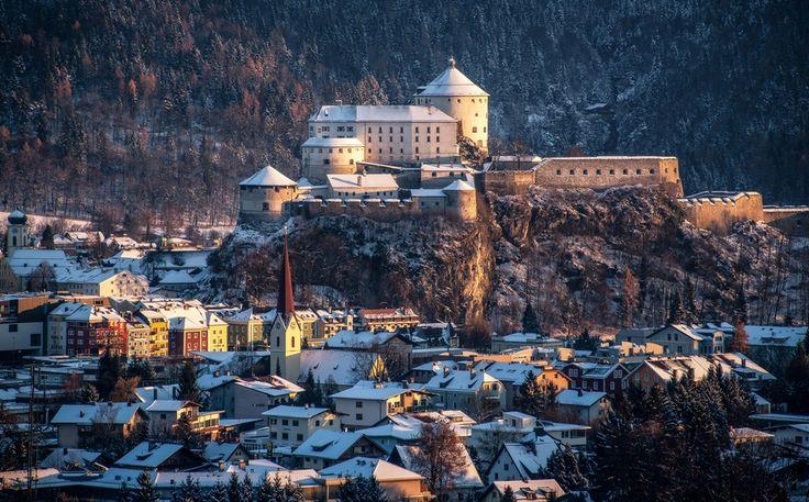 Gün batımında Kalesi,Avusturya-Almanya sınırında bulunan ve vakayinamelerde ismi ilk defa 1205 yılında geçen Kufstein kalesi, yüzyıllar boyunca Tirol ile Bavyera arasında tartışmalar konusu olmuştu. Daha sonra Avusturya-Macaristan zamanlarında hapishane olarak kullanılan bu kale günümüzde bir müze olarak kullanılmakta.