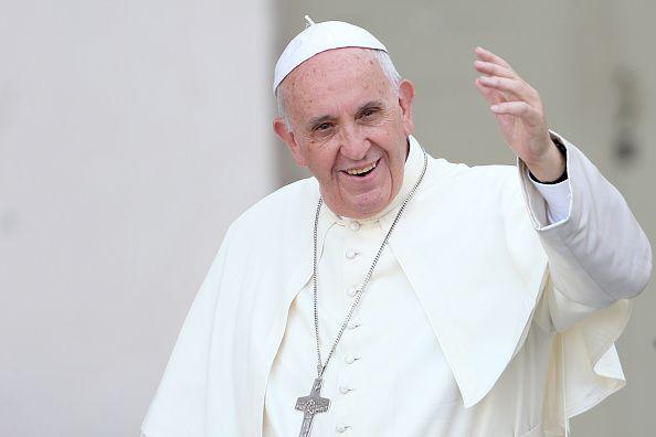 """Após ter dito na Geórgia que a """"teoria dos gêneros"""" era a maior inimiga do casamento, o papa Francisco declarou neste domingo, no avião que o levou de volta à Itália, que Jesus nunca mandaria os gays embora. Lembrando que acompanhou gente com """"tendências homossexuais"""" durante toda a sua vida de sacerdote"""