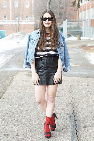 Falda de cuero, chamarra de jean, camisa de rayas y medias rojas. Atrévete-te-te.   18 Formas estilosas de atreverte a usar sandalias y medias mientras callas al mundo