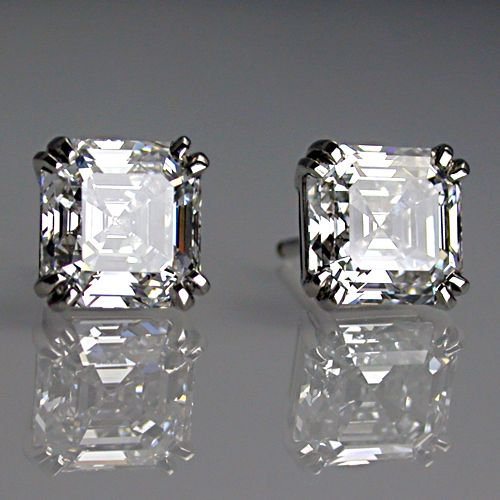 Diamonds both D colour, V,V,SI and V,V S2. Total weight of diamonds 3.10ct.                                                                                                                                                     More
