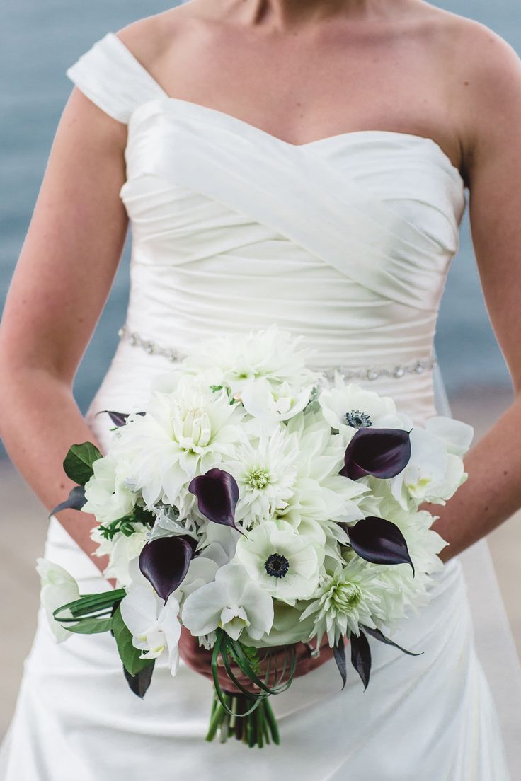 Wedding Bouquet | See the Black + White Wedding on #SMP: http://www.stylemepretty.com/illinois-weddings/chicago/2013/12/26/fultons-on-the-river-wedding/ Ann & Kam Photography & Cinema