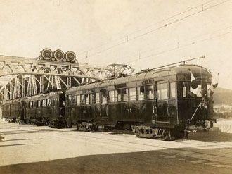 犬山橋上のお召し列車 昭和2年11月20日 日の丸の旗を飾って犬山橋を渡るお召し列車。