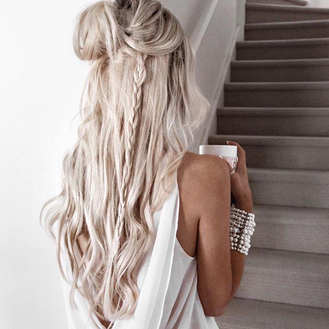 девушка с длинными светлыми волосами сзади часа
