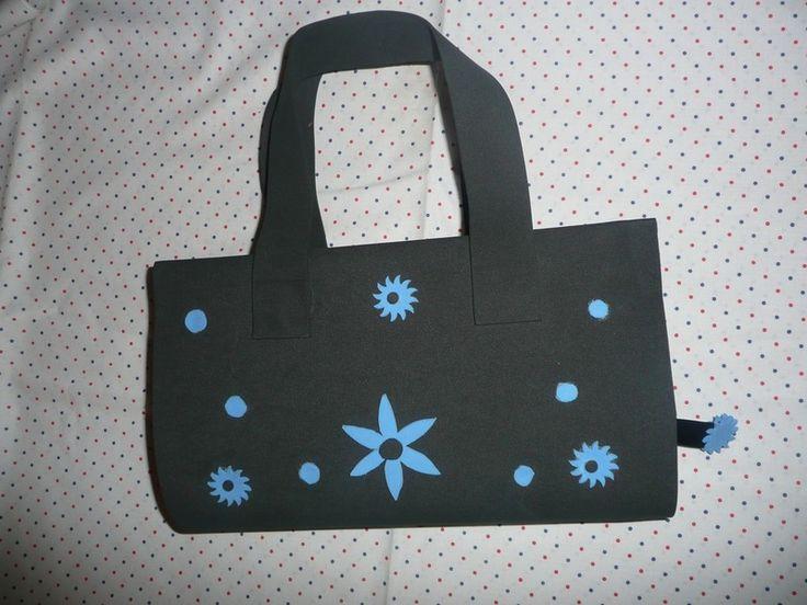 Funda para libro de foam  negro con flores azules. de Hermitinas por DaWanda.com
