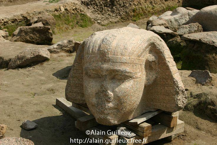 Souk al Khamis, vestiges du temple de Ramsès II : tête d'un colosse en granit rouge. Remploi du Moyen Empire, probablement de Sésostris Ier, XIIe dynastie. Source : http://alain.guilleux.free.fr/galerie-heliopolis-souk-al-khamis/heliopolis-souk-al-khamis.php