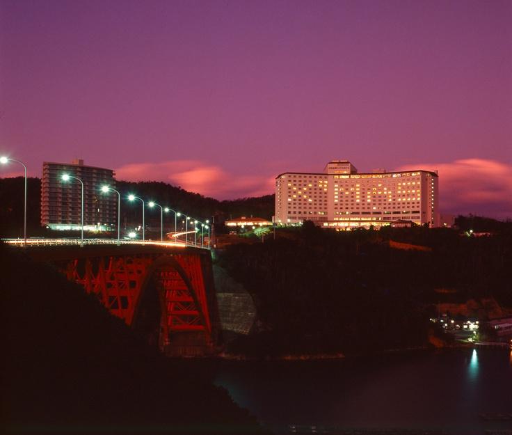 ホテルと的矢湾大橋の夕暮れ。