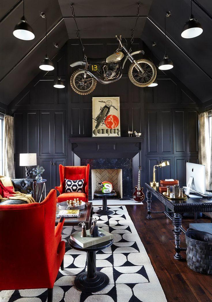 Темная гостиная с темным потолком и красными креслами   #декоративныйкамин #ковер #красный #темный #темныйпотолок