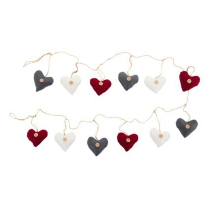This fabric heart garland is perfect for Christmas and any other time of the year! #ChristmasUnleashed #Hearts