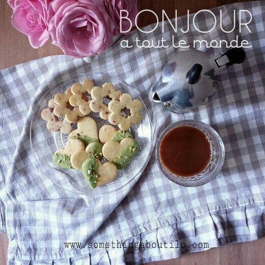 Questi buonissimi e bellissimi frollini sono sul mio blog!  http://somethingaboutilo.com/2014/12/frollini-di-kamut-e-riso-in-variazioni-di-pistacchi-e-cranberries/