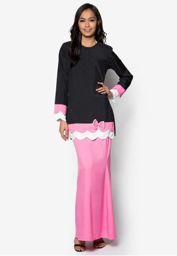 Baju Kurung Modern from Gene Martino in Black and Pink Inject some colourblock goodness into your traditional wear with this delightfully urban baju kurung by Gene Martino. The spotlight falls on the solid combination of colours complete with a scalloped layer hem at the bottom to further encapsulate its... #bajukurung #bajukurungmoden