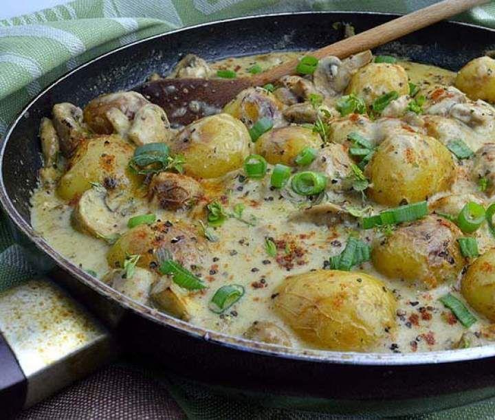 Młode ziemniaki w sosie pieczarkowym