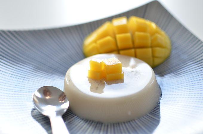 Recept voor vegan panna cotta dus zonder lactose of andere dierlijke producten met kokos en vanille smaak serveer met vers fruit of coulis.