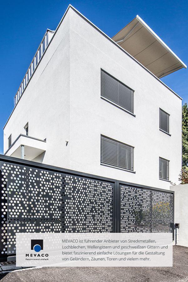 Eine echte Herausforderung: Ein Zaun, 19 Meter lang, in mehrteiligen Elementen mit individuellen, nach Augenmaß integrierten Löchern. #MEVACO #Faszination57 #Lochblech #Gartenzaun #Aluminium