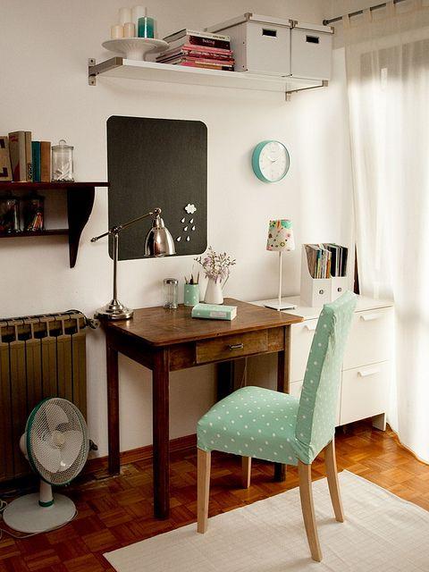 forro da cadeira combinando com o porta-lápis e agenda; gostei do gaveteiro branco; gostei também do jarro e do abajur; boa idéia os fichários para organizar as revistas