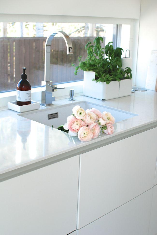 Kuistin kautta: Uuden kodin valkoinen keittiö