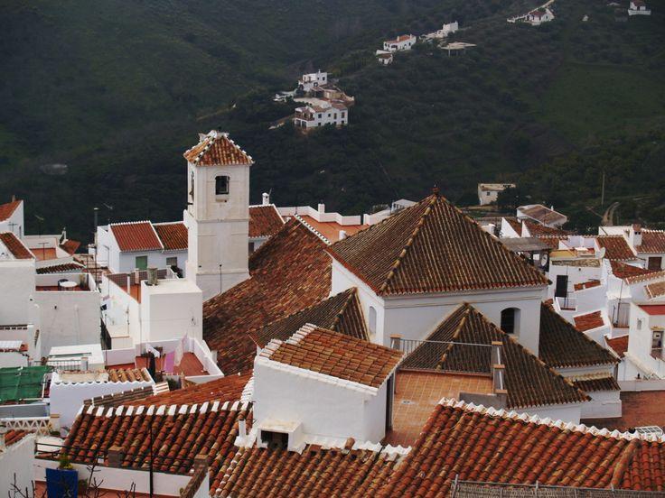 Frigiliana. Es uno de los llamados pueblos blancos. Frigiliana se encuentra en la provincia de Málaga, en la vertiente sur de una sierra, como adosada y adaptada al paisaje. Es uno de los más bonitos de Andalucía.