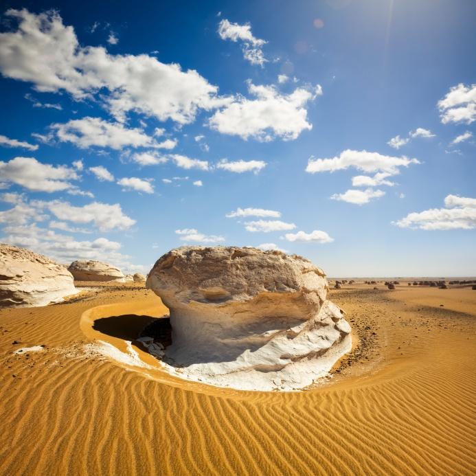 """#Egypte , le #desert #blanc ou la """"forêt de champignons"""". Un des plus étonnants du Sahara. Il offre des formes et des couleurs d'une variété infinie. http://vp.etr.im/f79a"""