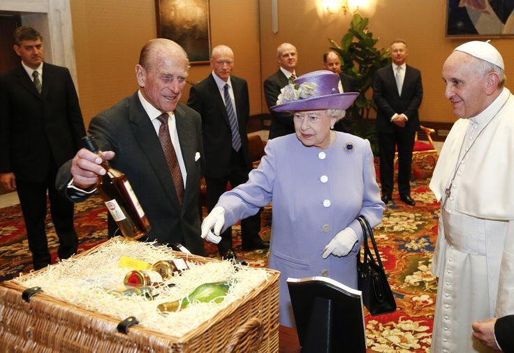 Los secretos de la cartera de la reina Isabel II. ¿qué lleva dentro de la mítica cartera?     A sus 90 años, y con más de seis décadas de reinado, Isabel suele aparecer en todo tipo de ceremonias con su cartera. ¿Qué lleva allí adentro? No necesita llaves de su casa, ni dinero o tarjeta de crédito. Dicen sus allegados que lleva un espejo, fotos familiares, caramelos, sus anteojos, pañuelos, un lápiz labial, un gancho para colgarla debajo de las mesas.   Pero lo más importante es que la…