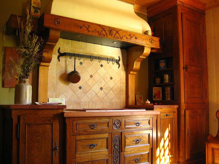 Ensemble d'armoires de cuisine de style européen en cerisier, sculpté à la main. Par www.atelieramboise.com