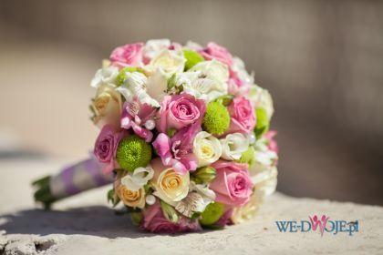 piękny bukiet ślubny - białe i różowe róże