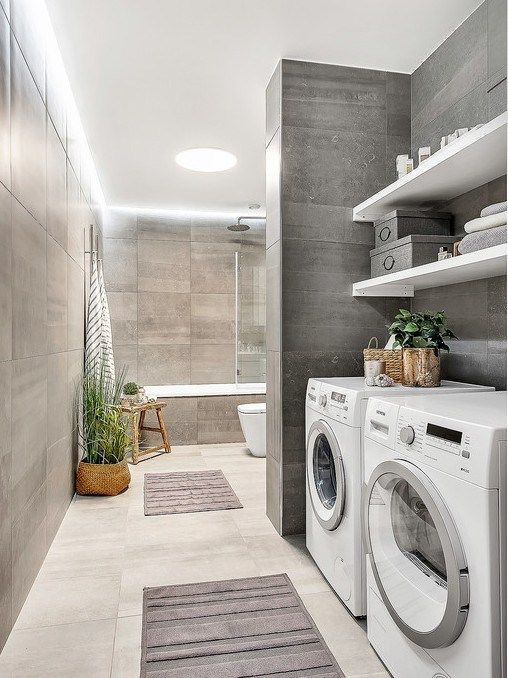 Jolie salle de bain avec espace pour la laveuse et la sécheuse.