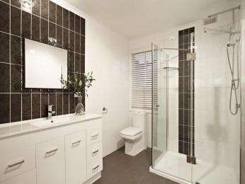 Modern bathroom design with sash windows using ceramic - Bathroom Photo 494132